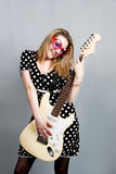 Mujer bonita con la sonrisa de la guitarra Fotografía de archivo