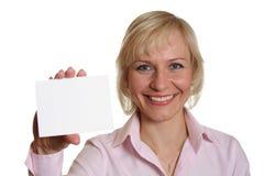 Mujer bonita con la tarjeta Imagenes de archivo