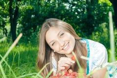 Mujer bonita con las fresas al aire libre, primer Fotografía de archivo