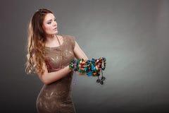 Mujer bonita con las gotas y el sombrero de los collares de la joyería Imagen de archivo