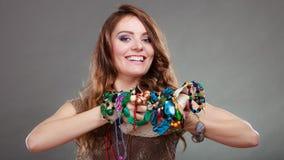 Mujer bonita con las gotas y el sombrero de los collares de la joyería Imágenes de archivo libres de regalías