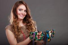 Mujer bonita con las gotas y el sombrero de los collares de la joyería Fotos de archivo libres de regalías