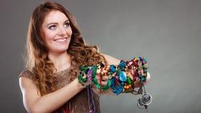 Mujer bonita con las gotas y el sombrero de los collares de la joyería Fotografía de archivo libre de regalías