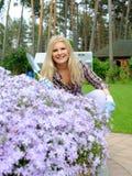 Mujer bonita con las herramientas que cultivan un huerto al aire libre Fotos de archivo libres de regalías