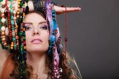 Mujer bonita con las pulseras de los collares de la joyería Imagen de archivo