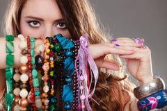 Mujer bonita con las pulseras de los collares de la joyería Fotos de archivo