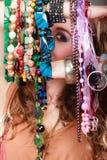 Mujer bonita con las pulseras de los collares de la joyería Imagen de archivo libre de regalías