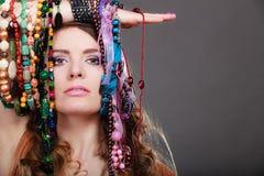 Mujer bonita con las pulseras de los collares de la joyería Imágenes de archivo libres de regalías