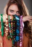 Mujer bonita con las pulseras de los collares de la joyería Imagenes de archivo