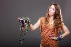 Mujer bonita con las pulseras del anillo de los collares de la joyería Imagenes de archivo