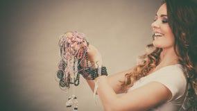 Mujer bonita con las pulseras del anillo de los collares de la joyería Fotos de archivo libres de regalías