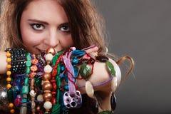 Mujer bonita con las pulseras del anillo de los collares de la joyería Imagen de archivo