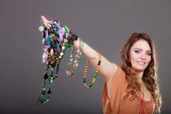 Mujer bonita con las pulseras del anillo de los collares de la joyería Foto de archivo