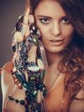 Mujer bonita con las pulseras del anillo de los collares de la joyería Fotografía de archivo