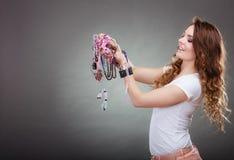 Mujer bonita con las pulseras del anillo de los collares de la joyería Imagen de archivo libre de regalías
