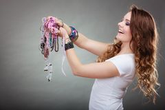 Mujer bonita con las pulseras del anillo de los collares de la joyería Imágenes de archivo libres de regalías