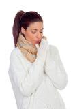 Mujer bonita con los guantes y bufanda que calientan las manos Imagenes de archivo