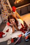 Mujer bonita con los regalos de la Navidad Imágenes de archivo libres de regalías