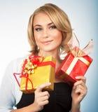 Mujer bonita con los regalos de la Navidad Imagen de archivo