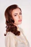 Mujer bonita con los rizos Imagen de archivo libre de regalías