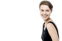 Mujer bonita con sonrisa que da la bienvenida fotografía de archivo libre de regalías