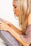 Mujer bonita con una almohadilla Fotos de archivo libres de regalías