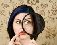 Mujer bonita con una lupa imagen de archivo libre de regalías