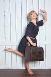 Mujer bonita con una maleta en su mano imágenes de archivo libres de regalías
