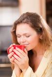 Mujer bonita con una taza Imagen de archivo libre de regalías
