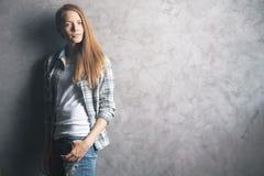 Mujer bonita contra el muro de cemento Imagen de archivo
