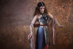 Mujer bonita de baile en traje indio en un fondo texturizado Foto de archivo