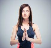 Mujer bonita de la aptitud en la meditación Foto de archivo libre de regalías