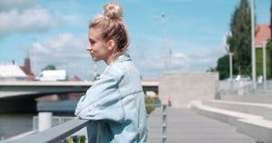 Mujer bonita de la moda que se relaja en una ciudad en Europa Foto de archivo libre de regalías