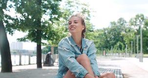 Mujer bonita de la moda que se relaja en una ciudad en Europa Imagen de archivo