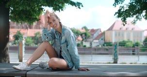 Mujer bonita de la moda que se relaja en una ciudad en Europa Fotografía de archivo libre de regalías