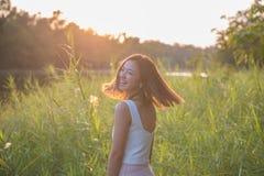Mujer bonita de la primavera del retrato de la sonrisa hermosa joven foto de archivo libre de regalías