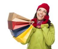 Mujer bonita de la raza mixta que sostiene los panieres en el teléfono celular que mira para arriba Imágenes de archivo libres de regalías