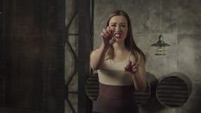 Mujer bonita de rugido que hace gesto de las garras del gato metrajes
