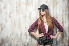 Mujer bonita del inconformista con el sombrero y los vidrios Fotografía de archivo libre de regalías