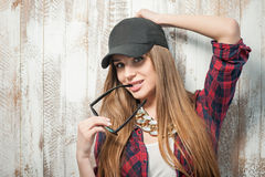 Mujer bonita del inconformista con el sombrero y los vidrios Fotos de archivo