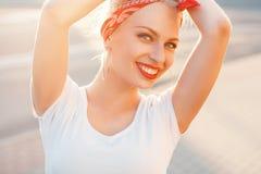 Mujer bonita del inconformista del retrato de la belleza con una sonrisa en la ciudad A Imagen de archivo