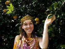Mujer bonita del Islam en la sonrisa anaranjada de la arboleda imágenes de archivo libres de regalías