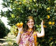 Mujer bonita del Islam en la sonrisa anaranjada de la arboleda imagen de archivo