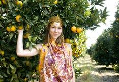 Mujer bonita del Islam en la sonrisa anaranjada de la arboleda, real fotografía de archivo