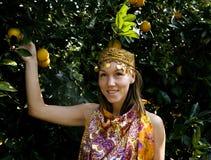 Mujer bonita del Islam en la sonrisa anaranjada de la arboleda, real imágenes de archivo libres de regalías