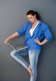 Mujer bonita del mediados de-adulto con la computadora portátil Foto de archivo