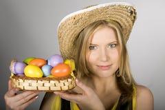 Mujer bonita del resorte con los huevos de Pascua Imagenes de archivo