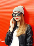 Mujer bonita del retrato de la moda que habla en smartphone Fotos de archivo libres de regalías