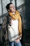 Mujer bonita del retrato del estilo de la calle en ropa casual imagen de archivo