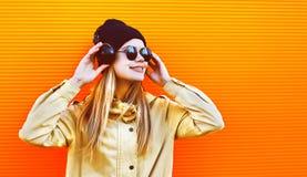 Mujer bonita del retrato que lleva un sombrero negro y los auriculares l Imagen de archivo libre de regalías